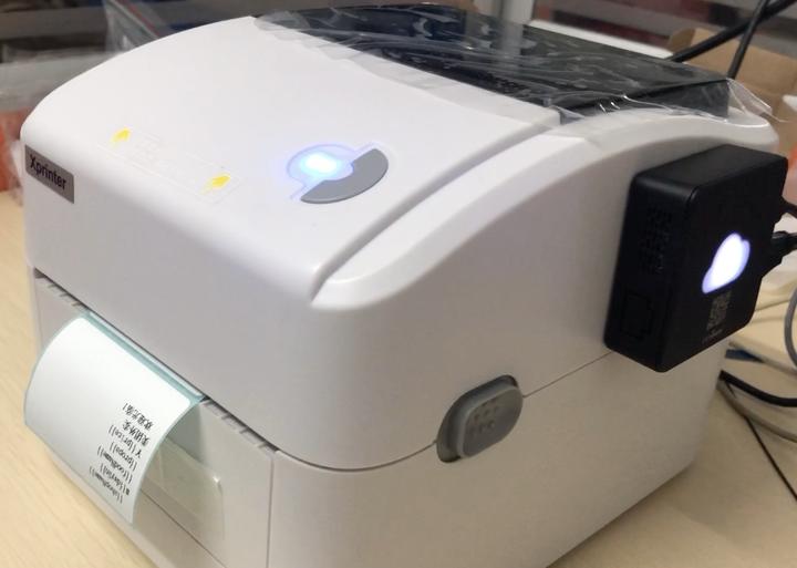 这款打印机型号最大支持150x100mm的标签纸张,2019年下半年网上的采购价在309,券后299就能拿到了,我们认为还是很有竞争力的,配合盒子使用,最低不到400元的价格就能有一台WIFI+AI人声提示+标签热敏的云打印机,对于喜欢芯烨打印机品牌的用户来说,我们认为这个组合性价比不低。